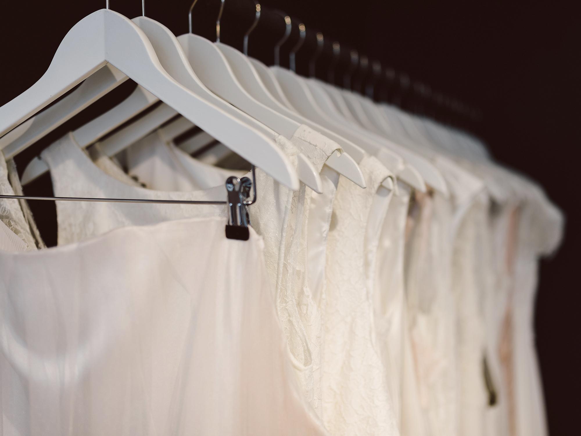 Hochzeitskleider auf Kleiderbügeln