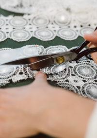 Zuschnitt des Brautkleids im Atelier