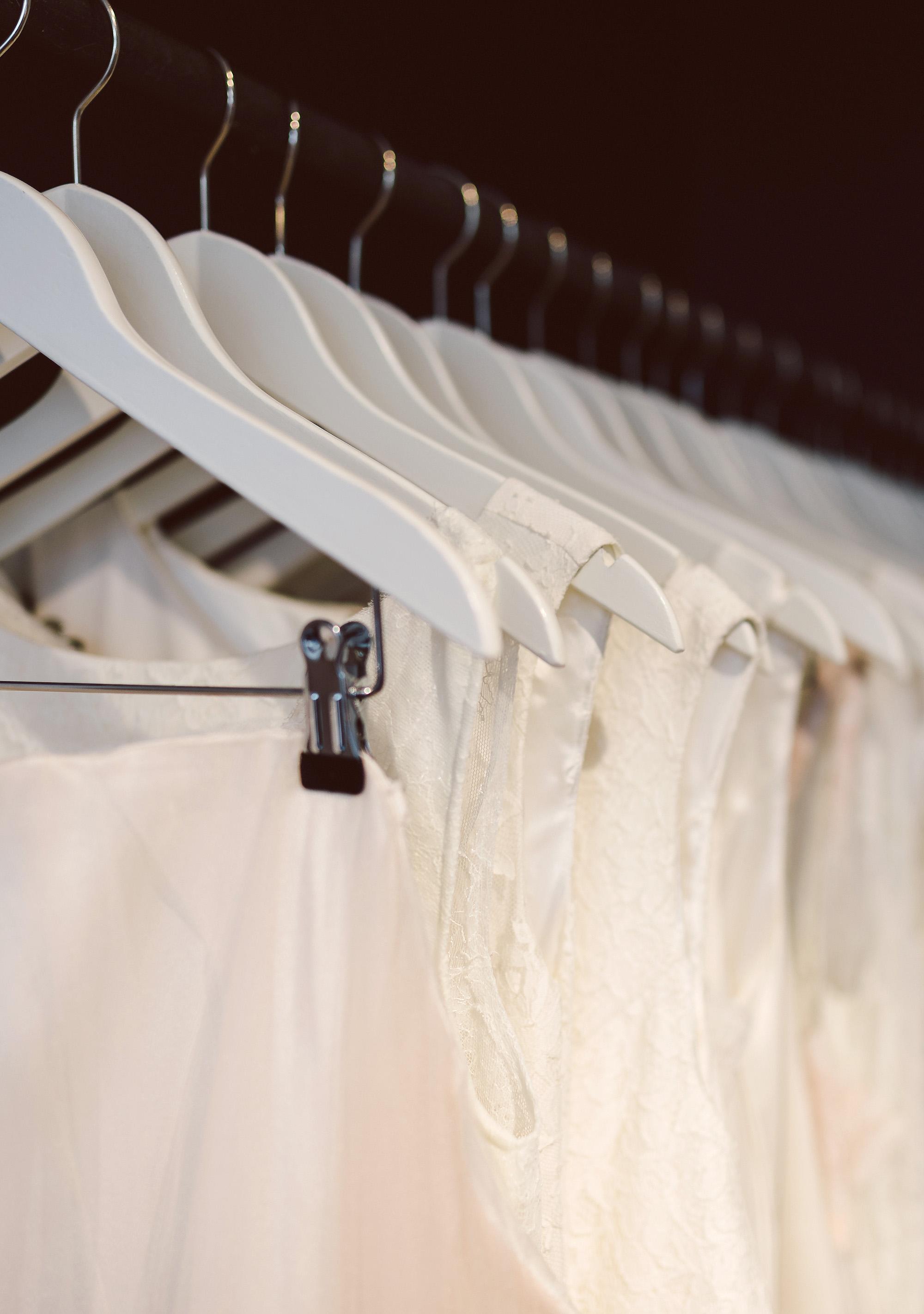 Brautkleider auf einer Kleiderstange bei ANNE WOLF