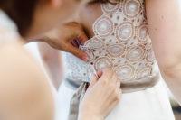 Abstecken der Spitze am Brautkleid