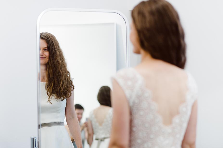 Brautkleid Anprobe im Umkleideraum von ANNE WOLF