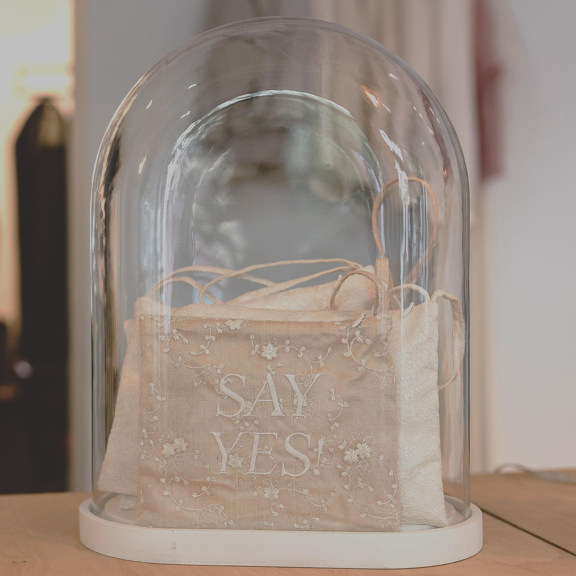 Ausstellungsstück: Handtaschen unter einer Glaskuppel