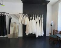Brautkleider auf der Kleiderstange im Laden von ANNE WOLF