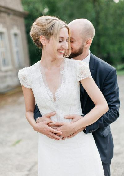 Eine wunderschöne Braut in einem Brautkleid von ANNE WOLF
