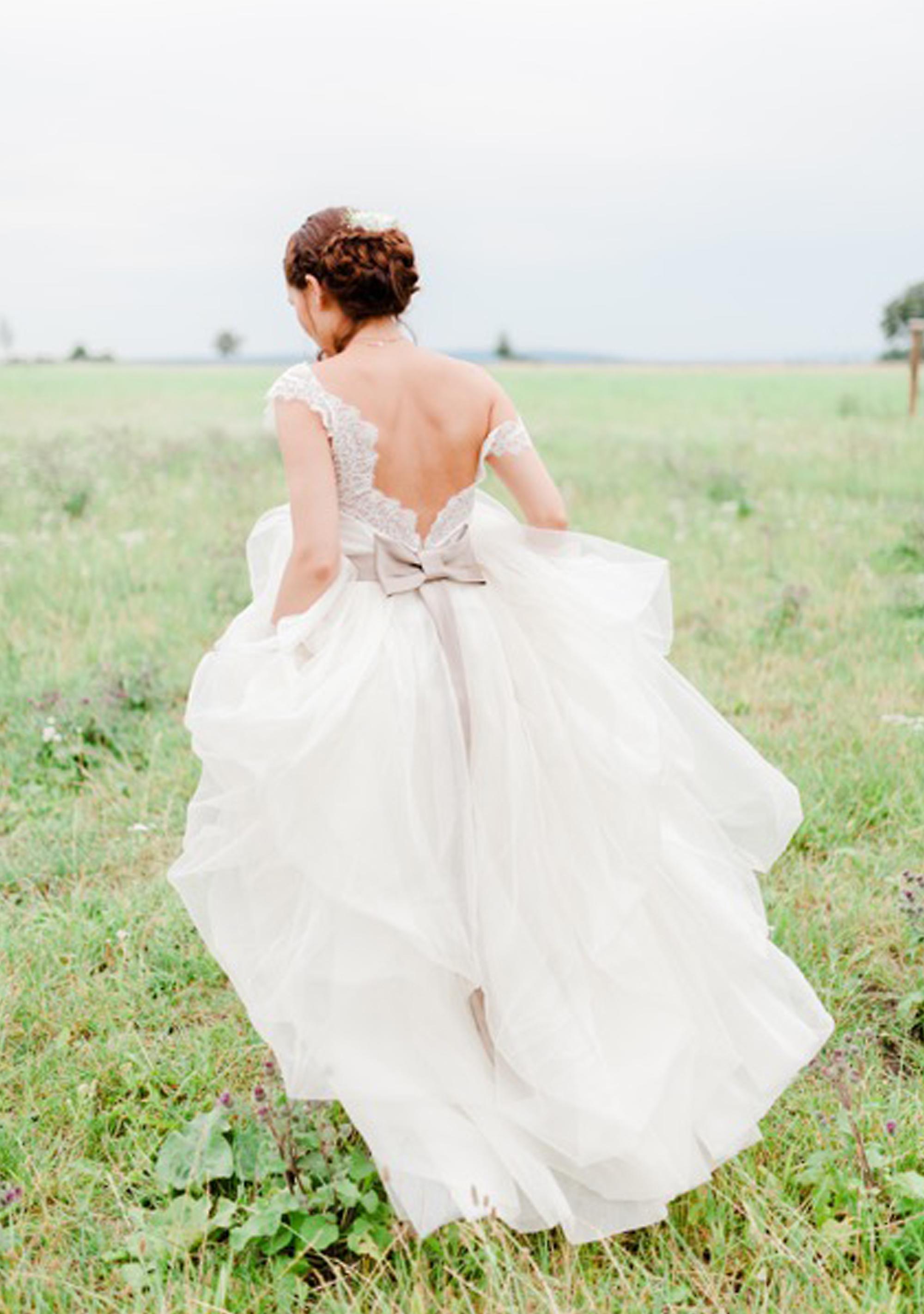 Eine Hochzeit im Grünen in einem Brautkleid von ANNE WOLF