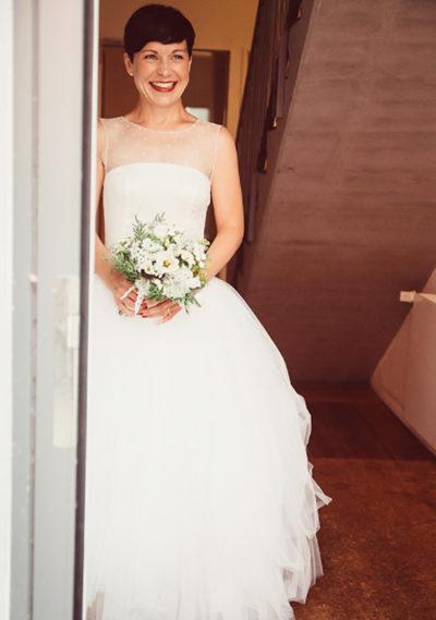 Eine Hochzeit mit Blumenstrauß in einem Brautkleid von ANNE WOLF