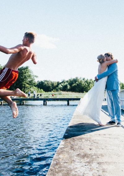 Hochzeit am See in einem Brautkleid von ANNE WOLF