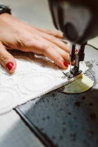 Handarbeit an der Nähmaschine